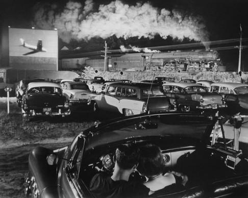 O. Winston Link, La locomotiva Hot Shot in direzione est, laeger, West Virginia, 1956 © The Estate of O. Winston Link, courtesy Robert Mann Gallery