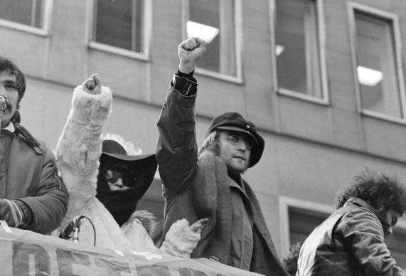 John Lennon e Yoko Ono nel corso di una protesta di piazza nel febbraio del 1972, per lo sgombero delle truppe britanniche dall'Irlanda del Nord (AP Photo/Ron Frehm)