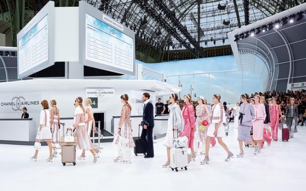 sfilata-chanel-airlines-collezione primavera estate paris fashion week grand palais
