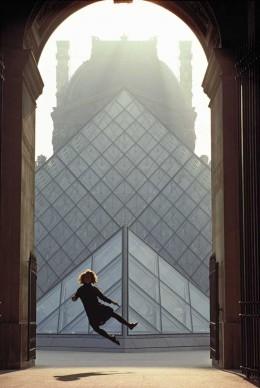 James L. Stanfield Parigi, Francia   1989 Il fotografo Jim Stanfield sintetizza le celebrazioni per il bicentenario della rivoluzione in questo elaborato scatto di una ragazza che salta battendo i tacchi davanti alle piramidi di vetro del Louvre.