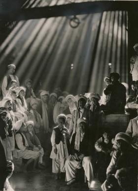 Maynard Owen Williams, Afghanistan, 1931. Dopo aver scattato questa foto, la sua preferita, Maynard Williams si meravigliò che nessuno dei soggetti ritratti in questo bazaar di Herat avesse chiuso gli occhi nei tre lunghi secondi necessari per l'esposizione.