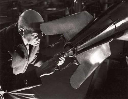 B. Anthony Stewart, New Mexico - USA, 1940. Robert Goddard - pioniere della missilistica moderna - mentre regola una pala direzionale nel suo laboratorio di Roswell.