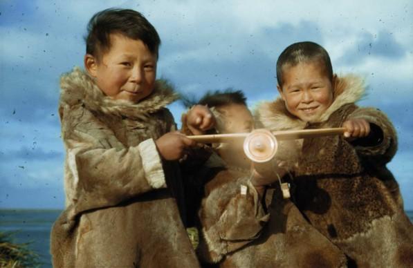 Amos Burg Nunivak, Alaska - USA, 1942. Bambini eschimesi dell'isola di Nunivak mostrano l'aeroplanino che hanno costruito. All'epoca il servizio aereo rappresentò una risorsa vitale per questo avamposto isolato nel Mare di Bering.