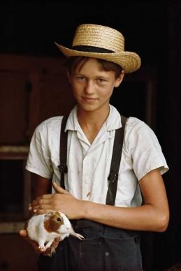William Albert Allard, Pennsylvania - USA, 1965. Un giovane della comunità religiosa amish con cappello di paglia e bretelle.