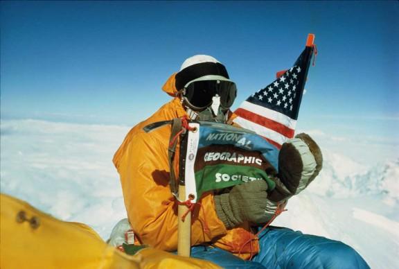 Luther Jerstad, Nepal, 1963. Barry Bishop di National Geographic posa con la bandiera montata su una piccozza in cima all'Everest.