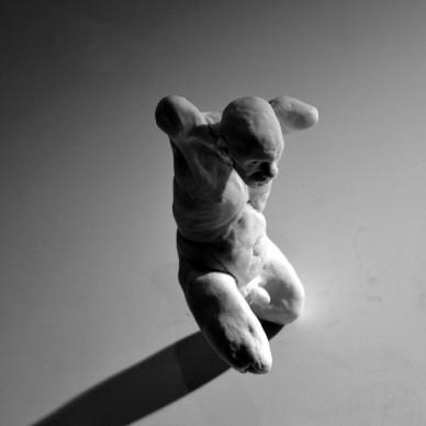 Andrea Liberni - Falling, 2014. Porcellana, 16x6x6 cm