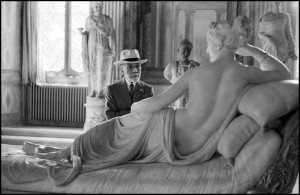David Seymour, Bernard Berenson osserva la statua di Paolina Borghese di Antonio Canova alla Galleria Borghese di Roma. Roma, 1955 © David Seymour / Magnum Photos
