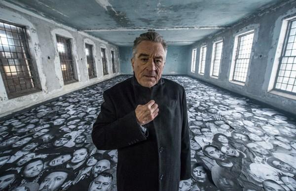 Ellis-Robert-De-Niro-among-thousands-of-portraits,-on-set