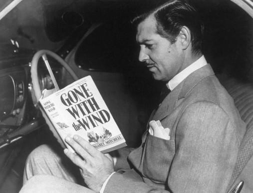 """Clark Gable intento a leggere il romanzo """"Via col vento"""" di Margaret Mitchell, nel cui adattamento cinematografico l'attore interpretò il ruolo di Rhett Butler (Photo by Hulton Archive/Getty Images)"""