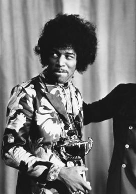Jimi Hendrix premiato da Radio One DJ Jimmy Savile, nell'ottobre del 1967 (Photo by Express/Express/Getty Images)