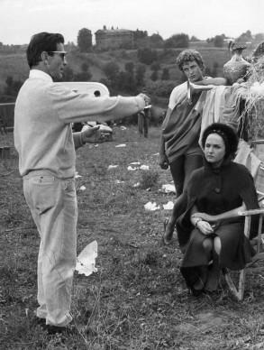 Pier Paolo Pasolini nel 1962, sul set del film 'La Ricotta' con l'attrice Laura Betti (Photo by  AFP PHOTO/AFP/Getty Images)