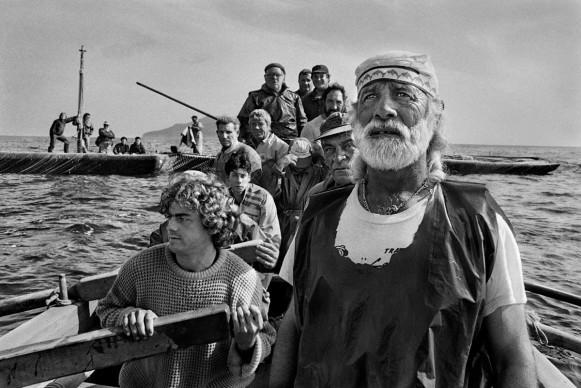 Sebastião Salgado, Gli equipaggi, condotti dal rais, si radunano all'alba per dare inizio alla mattanza. Trapani, 1991 © Sebastião Salgado / Amazonas Images