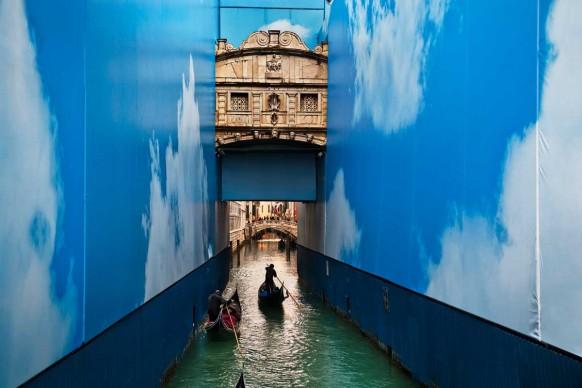 Steve McCurry, Gondole in un canale. Venezia, marzo 2011 © Steve McCurry