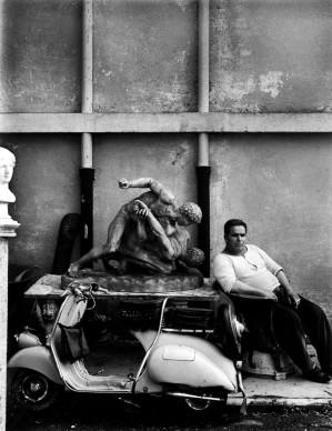 William Klein, Guardiano di Cinecittà. Roma, 1956 © William Klein