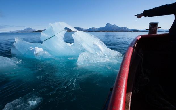 Il recupero di un blocco di ghiaccio galleggiante nel fiordo di Nuup Kangerlua, Groenlandia. Photo: Jørgen Chemnitz © 2015 Olafur Eliasson