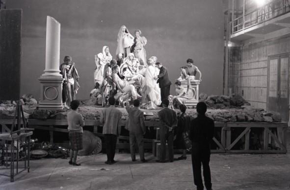 """Pier Paolo Pasolini sul set di La ricotta, episodio del film """"Ro.Go.Pa.G."""", 1963. © Paul Ronald. Collezione privata"""