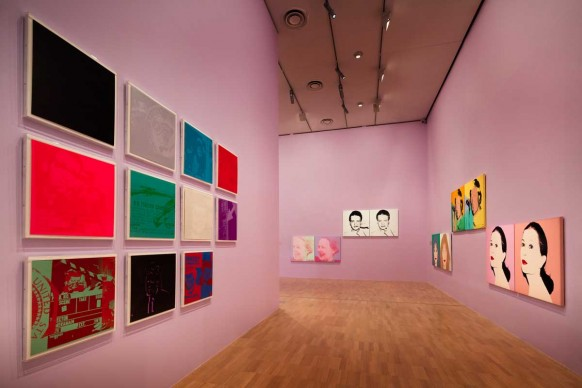 Veduta dell'allestimento della mostra Andy Warhol | Ai Weiwei, National Gallery of Victoria, 11 dicembre 2015 – 24 aprile 2016. Andy Warhol artwork © 2015 The Andy Warhol Foundation for the Visual Arts, Inc./ARS, New York. Administered by Viscopy, Sydney; Ai Weiwei artwork © Ai Weiwei. Photo: John Gollings