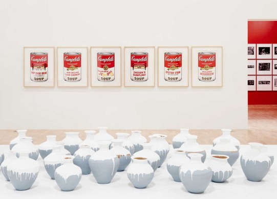 Veduta dell'allestimento della mostra Andy Warhol | Ai Weiwei, National Gallery of Victoria, 11 dicembre 2015 – 24 aprile 2016. Andy Warhol artwork © 2015 The Andy Warhol Foundation for the Visual Arts, Inc./ARS, New York. Administered by Viscopy, Sydney; Ai Weiwei artwork © Ai Weiwei. Photo: Brooke Holm