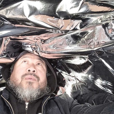 Ai Weiwei con le Silver Clouds di Andy Warhol, @aiww, Instagram, 2015, Ai Weiwei Studio © Ai Weiwei; Andy Warhol artwork © 2015 The Andy Warhol Foundation for the Visual Arts, Inc./ARS, New York. Licensed by Viscopy, Sydney.