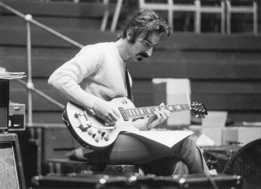 Frank Zappa durante una sessione di prove per un concerto alla Royal Albert Hall, nel giugno del 1969 (Photo by Ron Case/Keystone/Getty Images)