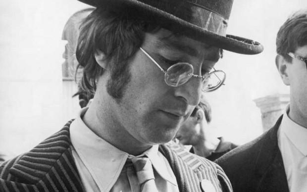 John Lennon in una sessione di autografi a Plymouth, nel settembre del 1967, durante le riprese de 'The Magical Mystery Tour' (Photo by Jim Gray/Keystone/Getty Images)