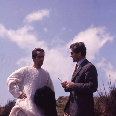 """Enrique Irazoqui e Pier Paolo Pasolini sul set del film """"Il Vangelo secondo Matteo"""", 1964 © Angelo Novi/Cineteca di Bologna."""