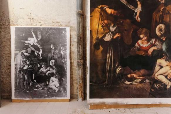 Una fase dei lavori condotti per realizzare la riproduzione fedele de La Natività con i Santi Lorenzo e Francesco d'Assisi, di Caravaggio.