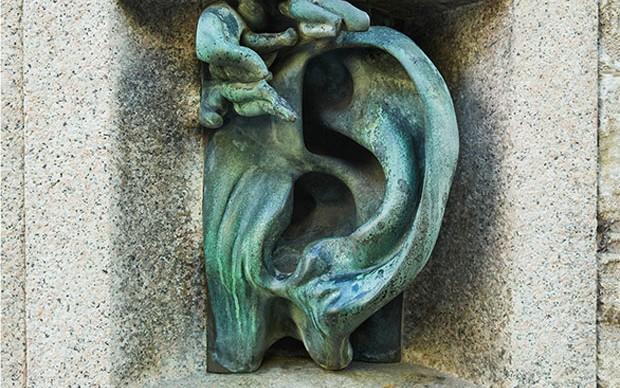 L'orecchio, Scultura di Adolfo Wildt, Palazzo Sola Busca progettato da Aldo Andreani, MIlano, 1926. Foto di Maurizio Montagna
