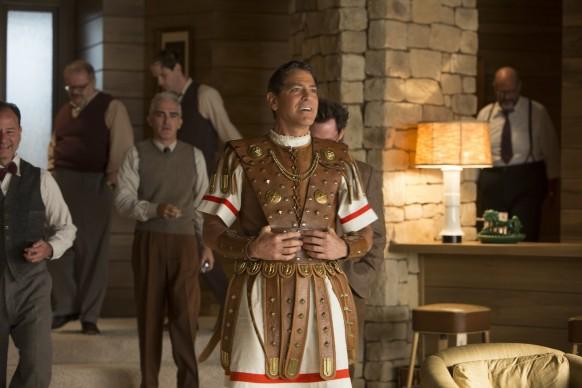 George Clooney interpreta il ruolo della star Baird Whitlock in Ave, Cesare!, film del 2016 sceneggiato e diretto dai fratelli Joel ed Ethan Coen. Credit: Alison Rosa