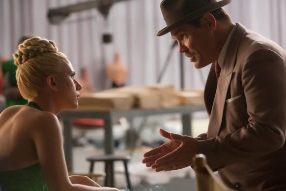 Scarlett Johansson e Josh Brolin in Ave, Cesare!, film del 2016 sceneggiato e diretto dai fratelli Joel ed Ethan Coen. Credit: Alison Rosa