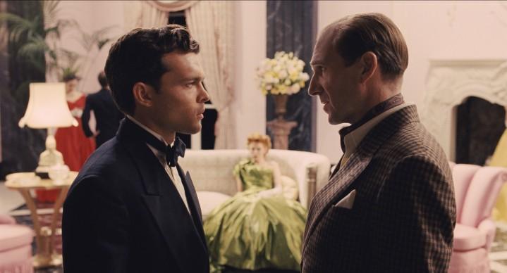 Ralph Fiennes (a destra) interpreta il ruolo del regista Laurence Lorenz in Ave, Cesare!, film del 2016 sceneggiato e diretto dai fratelli Joel ed Ethan Coen. Credit: Universal Pictures