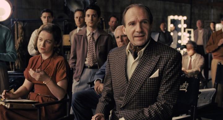 Ralph Fiennes interpreta il ruolo del regista Laurence Lorenz in Ave, Cesare!, film del 2016 sceneggiato e diretto dai fratelli Joel ed Ethan Coen. Credit: Universal Pictures
