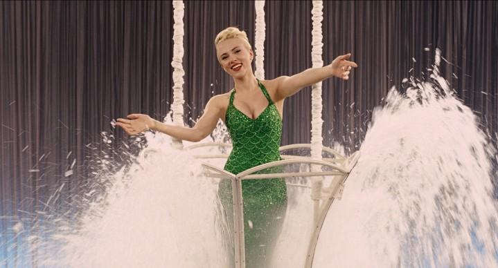 Scarlett Johansson interpreta il ruolo di DeeAnna Moran in Ave, Cesare!, film del 2016 sceneggiato e diretto dai fratelli Joel ed Ethan Coen. Credit: Universal Pictures