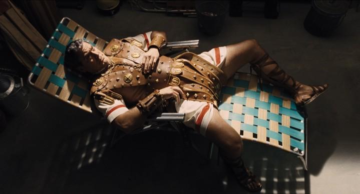 George Clooney interpreta il ruolo della star Baird Whitlock in Ave, Cesare!, film del 2016 sceneggiato e diretto dai fratelli Joel ed Ethan Coen. Credit: Universal Pictures