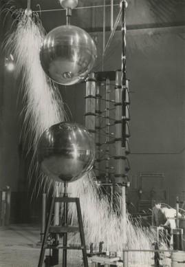 Laboratorio di ricerca, fabbrica di costruzioni meccaniche Oerlikon, 1941 © Jakob Tuggener Foundation, Uster