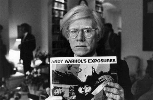 Andy Warhol mostra uno dei suoi lavori a stampa (Photo by John Minihan/Getty Images)