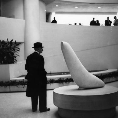 1965: Un uomo guarda la scultura White Seal di Constantin Brancusi, esposta al Guggenheim Museum di New York (Photo by Sherman/Three Lions/Getty Images)