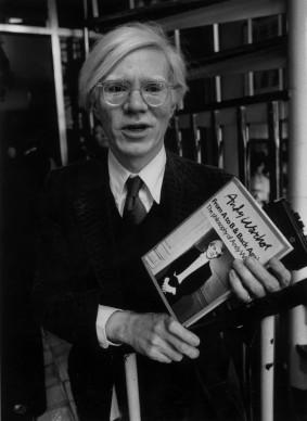 Andy Warhol a Londra nel giugno del 1978, per l'annuncio della pubblicazione di un suo libro (Photo by Evening Standard/Getty Images)