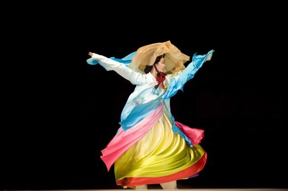 JODI COBB, Corea del Sud, 2009. Una modella vestita di seta danza alla sfilata di Hanbok.