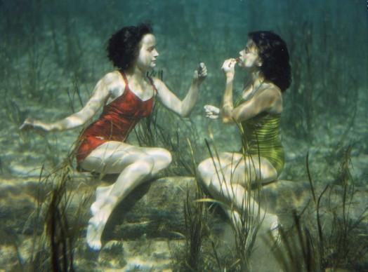 J. BAYLOR ROBERTS,  Stati Uniti, 1944. Due nuotatrici si esibiscono mettendosi il rossetto sott'acqua a Wakulla Springs, vicino Tallahassee, in Florida.