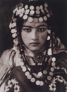LEHNERT & LANDROCK. Algeria. 1922. Una ragazza della tribù Ouled Nail con indosso le monete d'oro della sua dote.