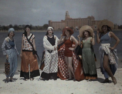 CLIFTON R.ADAMS,  Stati Uniti, 1929.  Donne in tenuta da spiaggia in posa sulla sabbia bianca della Florida.