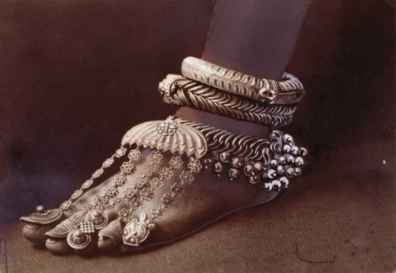 ELIZA R. SCIDMORE,  Sri Lanka, 1907. Sofisticate cavigliere e anelli da dita ornano il piede di una danzatrice tamil.
