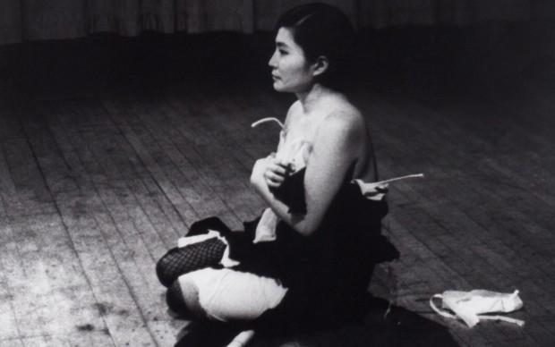 Yoko Ono, Cut Piece, 1964 - Performance di Yoko Ono alla Carnegie Recital Hall di New York nel marzo 1965, Courtesy Lenono Photo Archive, New York