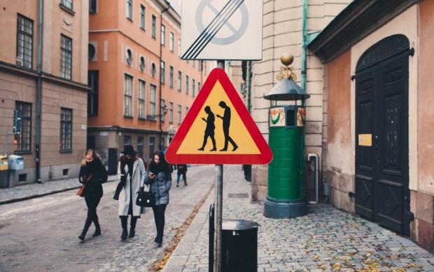 cartello stradale attenzione pericolo smartphone mentre si cammina