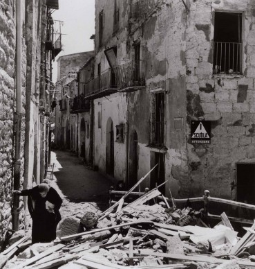 Anziana donna tra le rovine di Agrigento, 17-18 luglio 1943 . Photograph by Robert Capa. © International Center of Photography/Magnum – Collection of the Hungarian National Museum