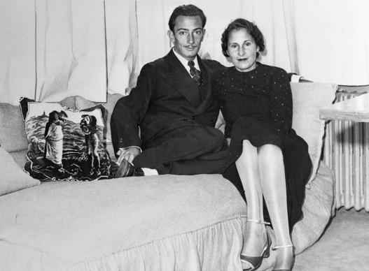 Salvador Dali e Gala nello studio dell'artista surrealista a Parigi, nel 1934. All'epoca, Gala era ancora sposata con il poeta francese Paul Éluard (Photo by Bettmann/CORBIS)