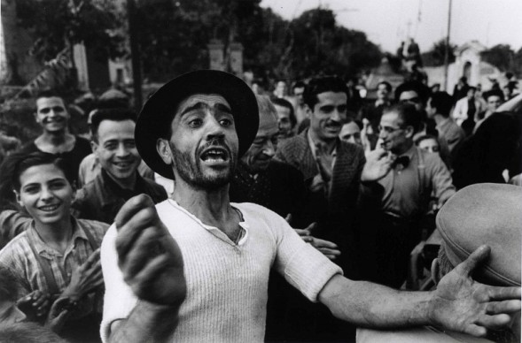Benvenuto alle truppe americane a Monreale, 23 luglio 1943. Photograph by Robert Capa. © International Center of Photography/Magnum – Collection of the Hungarian National Museum