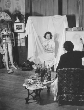 Salvador Dali ritrae la moglie Gala nello studio allestito a Hampton Manor per il pittore surrealista (Photo by Eric Schaal/Pix Inc./The LIFE Images Collection/Getty Images)