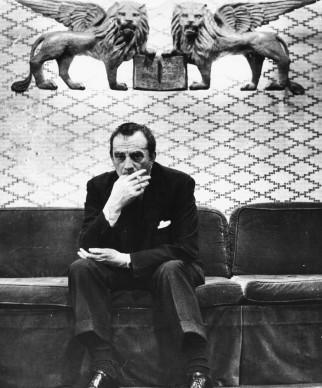 Luchino Visconti in una pausa durante la produzione di Der Rosenkavalier di Richard Strauss, alla Covent Garden Opera House di Londra a metà degli anni Cinquanta  (Photo by Stephan C. Archetti/Keystone Features/Getty Images)